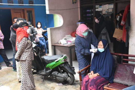 Walikota Eva Dwina menyaksikan petugas kesehatan melakukan tes antigen bagi warga Panjang.