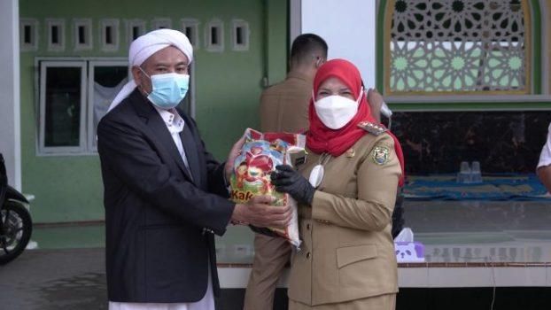 Walikota Eva Dwiana membagikan bantuan dari Pemkot Bandarlampung ke salah satu pengurus pondok pesantren, Senin (23/8/2021).