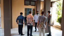 Kasatreskrim Polres Lampung Utara, AKP Eko Rendi didampingi Sekretaris DPRD, A. Alamsyah memeriksa kondisi tempat kejadian perkara, Kamis (16/9/2021).