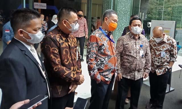 Sekdaprov Lampung Fahrizal (tengah) saat memperkenalkan Ahmad Jahri (kiri, pakai jas) sebagai Direktur Bisnis Bank Lampung, Selasa (16/9/2021).
