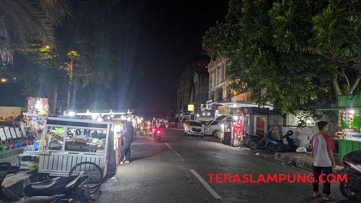 Lampu jalan mati di Jalan Majapahit, Enggal, Bandarlampung, Sabtu malam, 11 September 2021. Foto: Teraslampung.com/Dandy Ibrahim