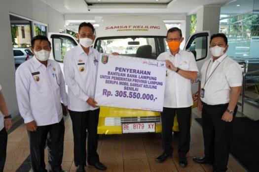 Direktur Bank Lampung Presley Hutabarat menyerahkan bantuan mobil Samsat Keliling secara simbolis kepada Pemprov Lampung, Rabu (8/9/2021).