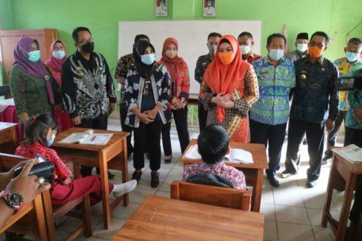 Bupati Tanggamus Dewi Handajani meninjau pembelajaran tatap muka, Senin (9/9/2021).