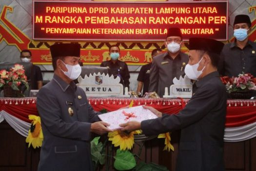 Bupati Budi Utomo menyerahkan dokumen Rancangan Perubahan KUA-PPAS tahun 2021 pada Ketua DPRD Lampung Utara, Romli, Rabu petang (8/9/2021).