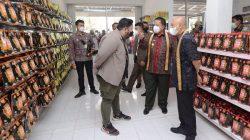 TERASLAMPUNG.COM -- Menteri Koperasi dan Usaha Kecil Menengah (UKM) Teten Masduki dan Gubernur Lampung Arinal Djunaidi mengunjungi UMKM makanan ringan di Pesawaran, Rabu (8/9/2021).
