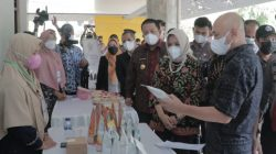 Menteri Koperasi dan UMKM Teten Masduki melihat produk UKM Lampung di GSG Unila, Rabu (8/9/2021).