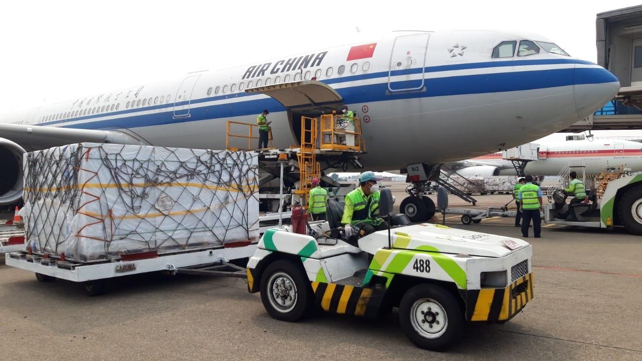 Proses kedatangan Vaksin Sinovac di Bandara Soekarno Hatta, Sabtu siang (11/9/2021).