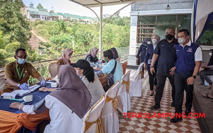 Sekjen Partai Nasdem Lampung Fauzan Sibron bersama Bendahara Umum Tampan Tampan Sujarwadi meninjau pelaksanaan vaksinasi Covid-19 di Kelurahan Susunan Baru, Kecamatan Tanjungkarang Barat, Senin, 20 September 2021.