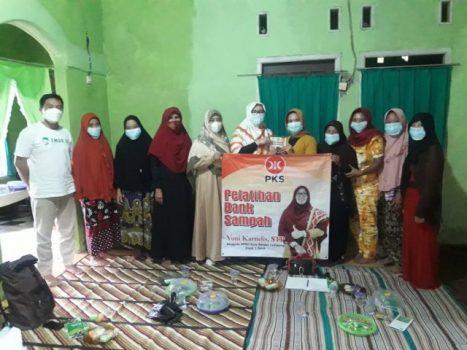 Yuni Yarnelis membentuk kelompok bank sampah di Kelurahan Batu Putu, Rabu (8/9/2021).