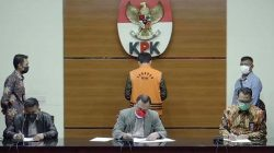 Ketua KPK Firli Bahuri mengumumkan Azis Syamsuddin sebagai tersangka kasus dugaan suap terkait DAK Lampung Tengah, Sabtu dini hari (25/9/2021). Foto: tangkapan layar kanal KPK