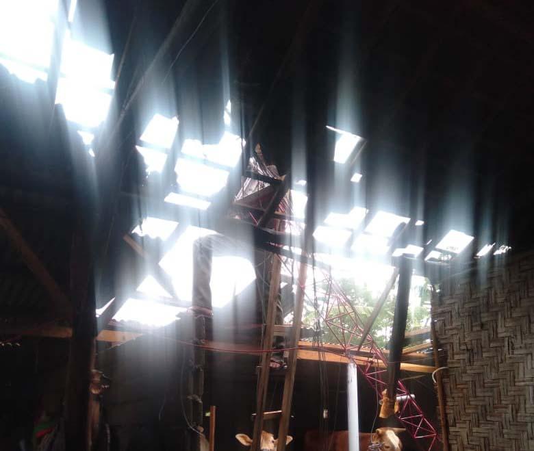 Kondisi atap salah satu rumah warga yang tersapu angin puting beliung, Selasa siang (7/9/2021).