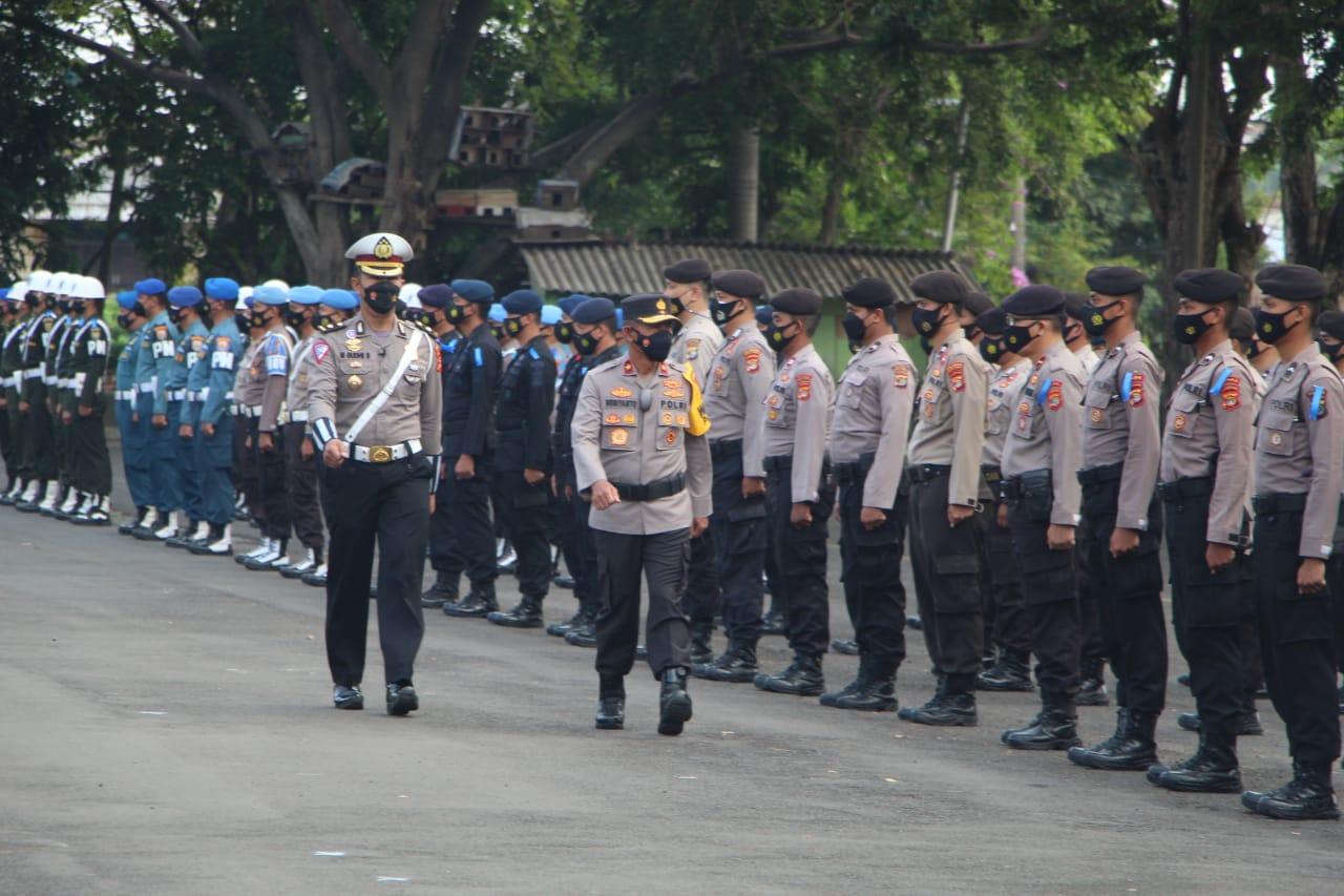 Wakapolda Lampung Brihjen Subiyanto memeriksa pasukan pada Gelar Pasukan Operasi Patuh Kraatau di Lapangan Saburai Bandarlampung, Senin pagi (20/9/2021).