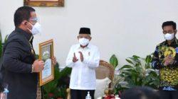 Gubernur Arinal Djunaidi menerima penghargaan terkait peningkatan produksi padi dari Wapres Ma'ruf Amin, di Istana Wapres, Jakarta, Senin (13/9/2021). Foto: Diskominfo Lampung