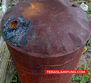 Drum berisi aspal ditemukan di pantai di wilayah Tanggamus pada Agustus 2021 lalu.