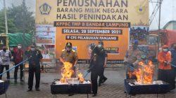 Pemusnahan barang sitaan oleh Kantor Bea Cukai Bandarlampung, Selasa (28/9/2021).