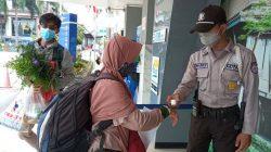Petugas mengecek suhu tubuh calon penumpang KA di Stasiun Tanjungkarang, Rabu (15/9/2021). Foto: Teraslampung.com/Mas Alina