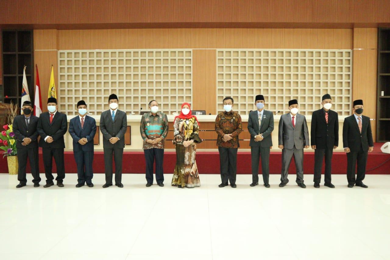 Walikota Eva Dwiana dan Wakil Walikota Deddy Amarullah serta Plt Sekdakot Tole photo bersama dengan direksi dan Dewas PDAM Way Rilau masa bakti 2021 – 2025.