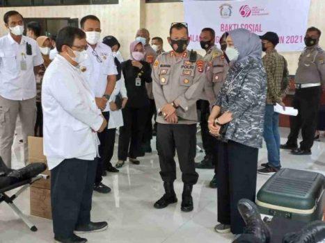 Ketua PMI Provinsi Lampung, Riana Sari Arinal, meninjau Pelaksanaan Kegiatan Donor Darah dalam rangka Memperingati Hari Bhayangkara ke-75, Rabu (23/6/2021).