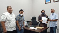 Edy Irawan (kanan) menyerahkan berkah syarat pendaftaran calon Ketua DPD Partai Demokrat Lampung (Foto: Ist)