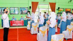 Presiden Jokowi didampingi Gubernur Lampung Arinal Djunaidi dan Bupati Pesawaran Dendi Ramadhona meninjau vaksinasi Covid-19 di SMPN 1 Gedongtataan, Pesawaran, Kamis siang (2/9/2021).