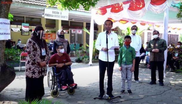 Presiden Joko Widodo menyampaikan sambutan saat meninjau vaksinasi bagi penyandang disabilitas, abdi dalam Kraton Yogyakarta, pengamudi ojol, dan masyarakat umum, Jumat (10/9/2021). Foto: Setkab