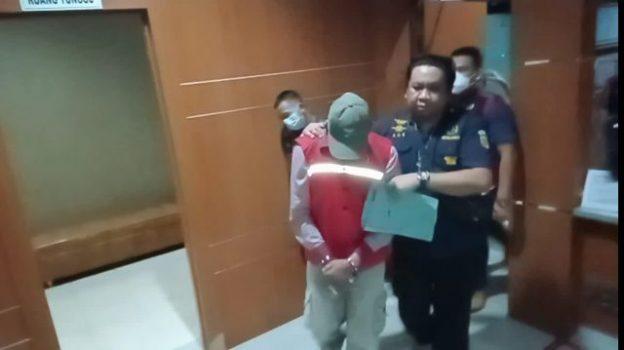 Kepala Desa (nonaktif) Beringin, Sawaluddin tertunduk lesu usai ditetapkan tersangka oleh Kejari Lampung Utara dalam dugaan kasus korupsi dana desa tahun 2018 - 2019.
