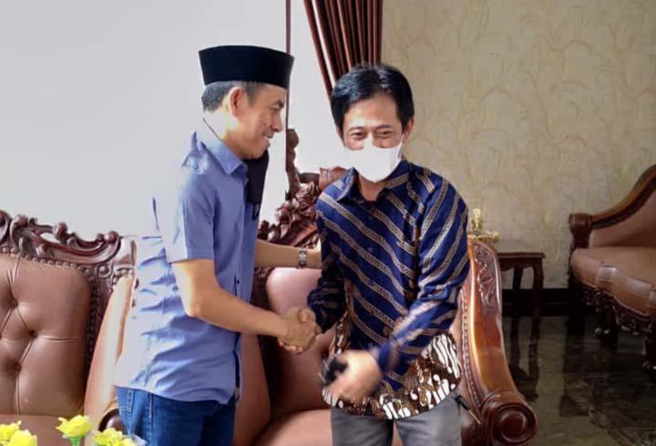 Ketua DPRD Lampung Utara, Romli dan Efriantoni bersalaman usai sepakat berdamai untuk mengakhiri perselisihan, Minggu pagi (19/9/2021).
