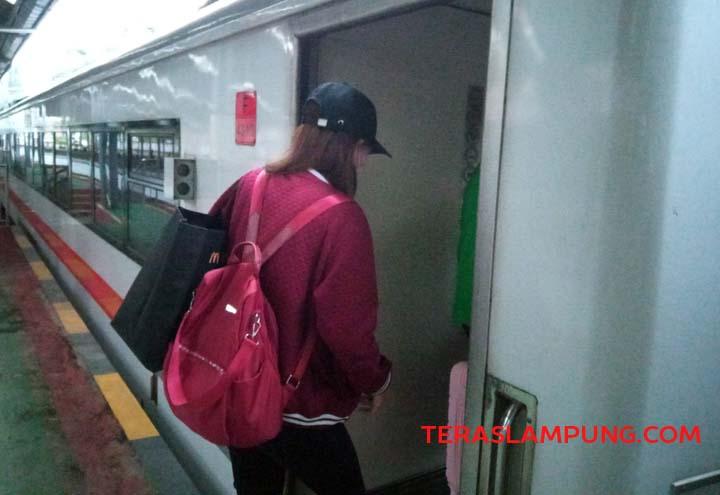 Calon penumpang memasuki gerbong KA Kuala Stabas tujuan Baturaja, Rabu (15/9/2021).