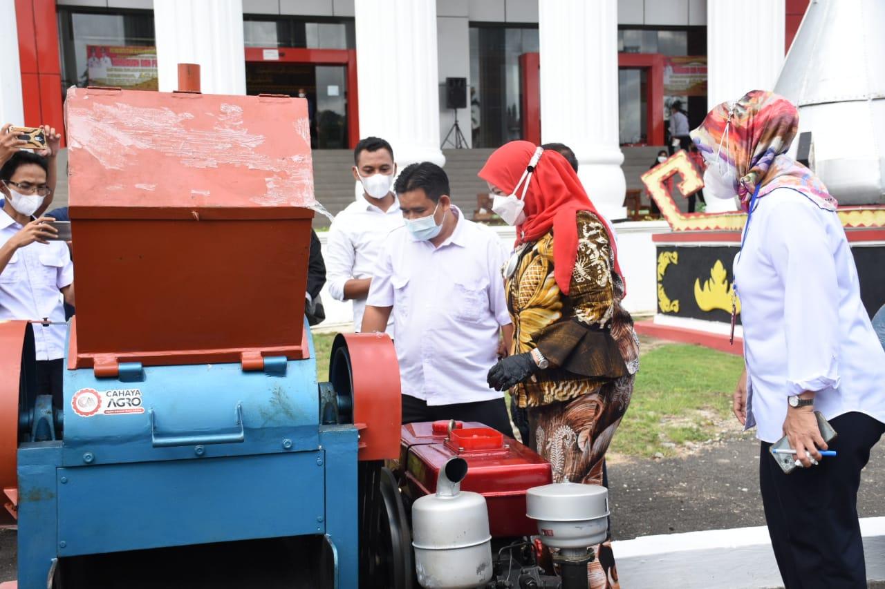 Walikota Eva Dwiana bersama Kepala BPJN Lampung Kementrian PUPR, Rien Marlina (baju putih) melihat uji coba mesin pencacah plastik.