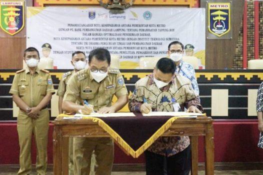 Penandantanganan MoU Bank Lampung dengan Pemkot Metro terkait pemasangan tapping box, Senin (20/9/2021).