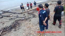 Plt Kadis Lingkungan Hidup Lampung, Murni Rizal, meninjau pencemaran limbah di Teluk Semaka, Sabtu (11/9/2021). Foto: Teraslampung.com/Siswanto