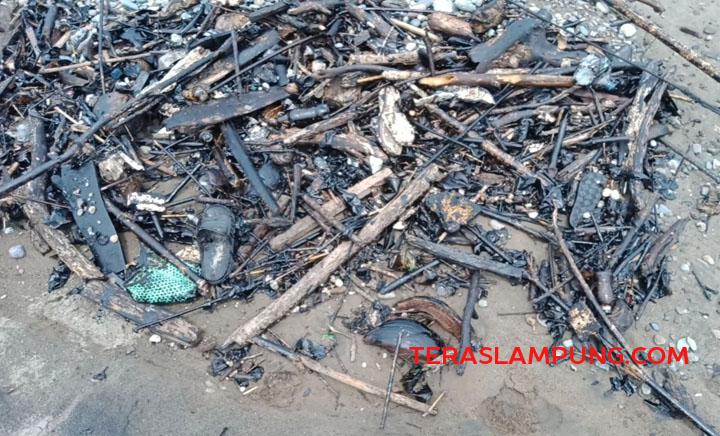 Meterial limbah yang mencemari Teluk Semaka, Tanggamus. (Foto: Teraslampung.com/Siswanto)