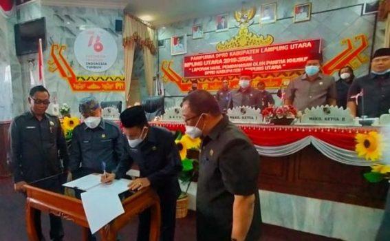 Ketua DPRD Lampung Utara, Romli, menandatangani surat pengesahan peraturan Tatib Pilwabup Lampung Utara, Rabu (22/9/2021).