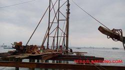 Pembangunan dermaga pemecah ombak di TPI Kotaagung (Foto: Teraslampung.com/Siswanto)