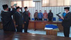 Sekdakab Lampung Utara, Lekok mengambil sumpah dua pejabat di Dinas Pekerjaan Umum dan Penataan Ruang, Jumat (10/9/2021).