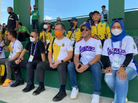 Sekdaprov Lampung, Fahrizal Darminto (tengah), menyaksikan pertandingan semifinal antara tim softball Lampung melawan tim DKI Jakarta, Kamis (30/9/2021). Pada pertandangan itu Lampung unggul 9-1 dan berhakmaju ke grand final PON XX Papua.