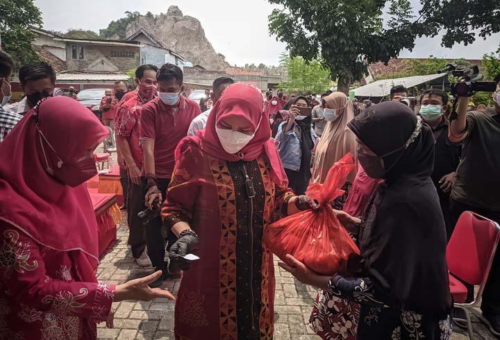 Walikota Eva Dwiana menyerahkan bantuan sembako bagi warga Bumi Waras, Minggu (19/9/2021).