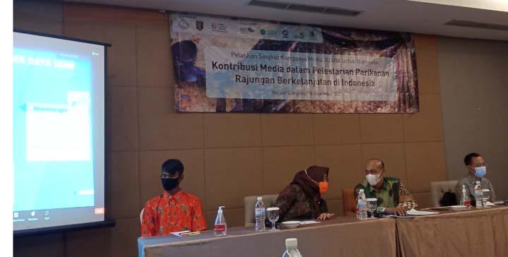 Miswan (kiri)dan para pembicara pada pelatihan Singkat Kampanye Media Rajungan Untuk Masyarakat Sejahtera (JUARA ) untuk Wartawan Lampung yang digelar Coral Triangle Center (CTC) Hotel Emersia Bandarlampung, Sabtu (18/9/2021).