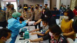 Kapolda Jawa Timur, Irjen Pol Nico Afinta meninjau vaksinasi Covid-19 bagi penyandang disabilitas, yang diselenggarakan oleh Akademi Kepolisian (Akpol) 95, Patriatama Berbakti di Massa Pandemi, yang digelar di Gedung Mahameru Polda Jatim, Jumat (3/9/2021).