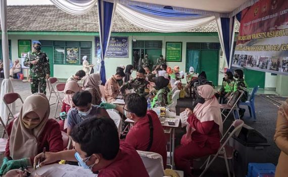 Dandenpom II/3 Lampung Mayor CPM Hanri Wira Kusuma menyaksikan jalannya vaksinasi di markas Detasemen Polisi Militer II/3 Lampung, Selasa (14/9/2021).