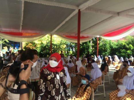 Walikota Eva Dwiana meninjau pelaksanaan vaksinasi di 4 SMPN, Jumat (3/9/2021).