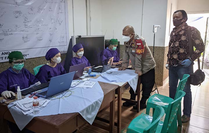 Kabid Dokkes Polda Lampung Kombes Pol Adrian Bandarsyah bersama Sekertaris PSMTI Steven Chen meninjau pelaksanaan vaksinasi di RSIA Santa Anna, Bandarlampung, Sabtu (18/9/2021).