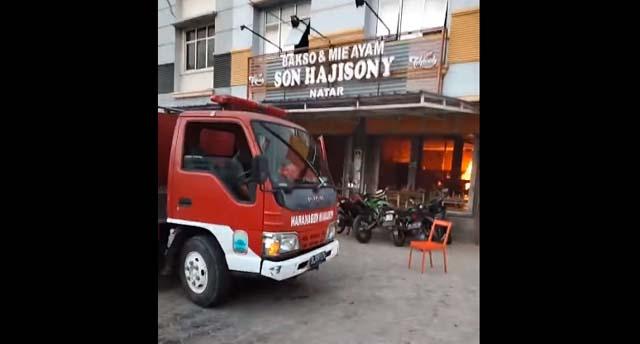 Petugas pemadam kebakaran memadaman api di bagian dapur gerai Bakso Sony di Desa Merakbatin, Natar, Lampung Selatan, Sabtu petang, 9 Oktober 2021