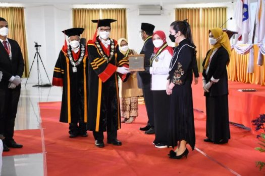 Walikota Eva Dwiana menerima penghargaa Adi Karsa Madya dari Institut Tehnologi Sumatera (Itera).