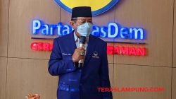 Usai menerima SK DPP Partai Nasdem tentang penunjukan sebagai Ketua DPW Partai Nasdem Lampung, Herman HN mengajak para simpatisannya untuk bergabung di Nasdem, Jumat (8/10/2021). Foto: Teraslampung.com/Dandy Ibrahim