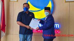 Herman HN menerima SK penunjukan sebagai Ketua Partai Nasdem Lampung dari pengurus DPP Nasdem, Jumat (8/10/2021). Foto: Teraslampung.con/Dandy Ibrahim