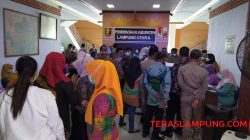 Kerumunan massa saat vaksinasi Covid-19 di Kantor Pemkab Lampung Utara, Kamis pagi (21/10/2021).