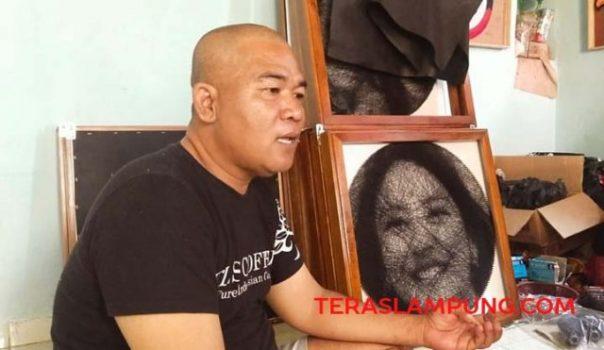 Mbah Surip berbagi kisah terkait seni rupa string art langka yang dilakoninya kepada teraslampung.com saat menyambangi kediamannya di Jalan Pandmosari RT 11, Dusun Padmosari 2, Desa Haduyang, Natar, Lampung Selatan yang dijadikan sebagai tempat galeri string art.