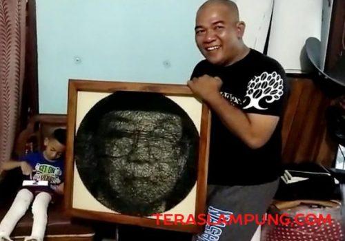 Mbah Surip dengan string art wajah Gus Dur karyanya.