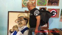 Mbah Surip menunjukan karya seni rupa string art gambar mantan Presiden Indonesia ke tiga, Prof. Dr. Ing. H. Bacharuddin Jusuf Habibie (B.J Habibie).